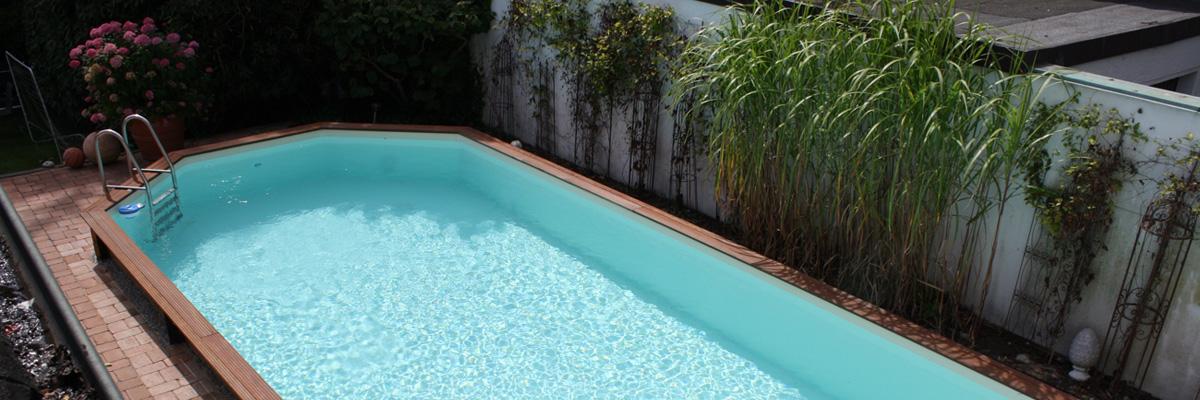 Türkise Wasserfarbe im Holzpool