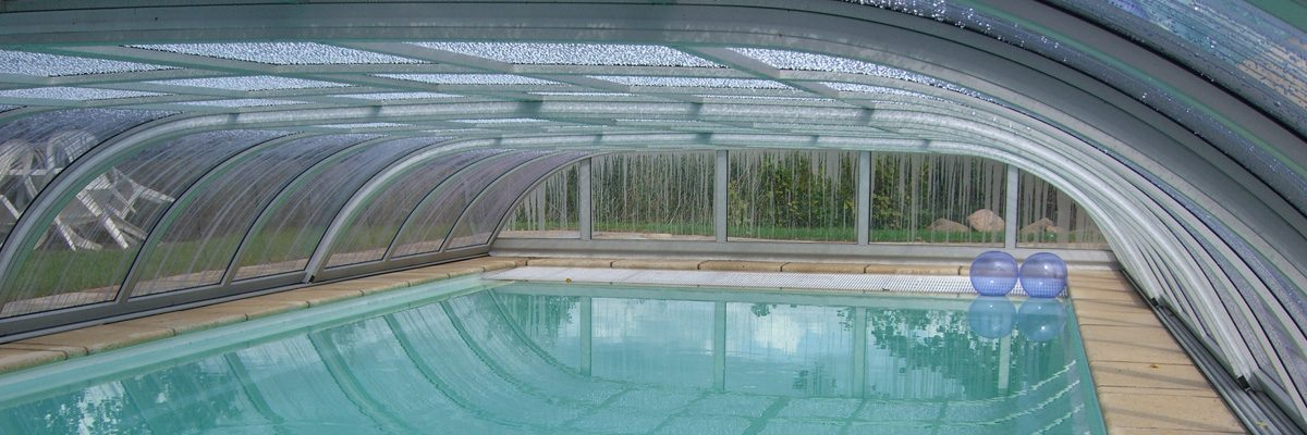 Flache Schwimmbadhalle von innen